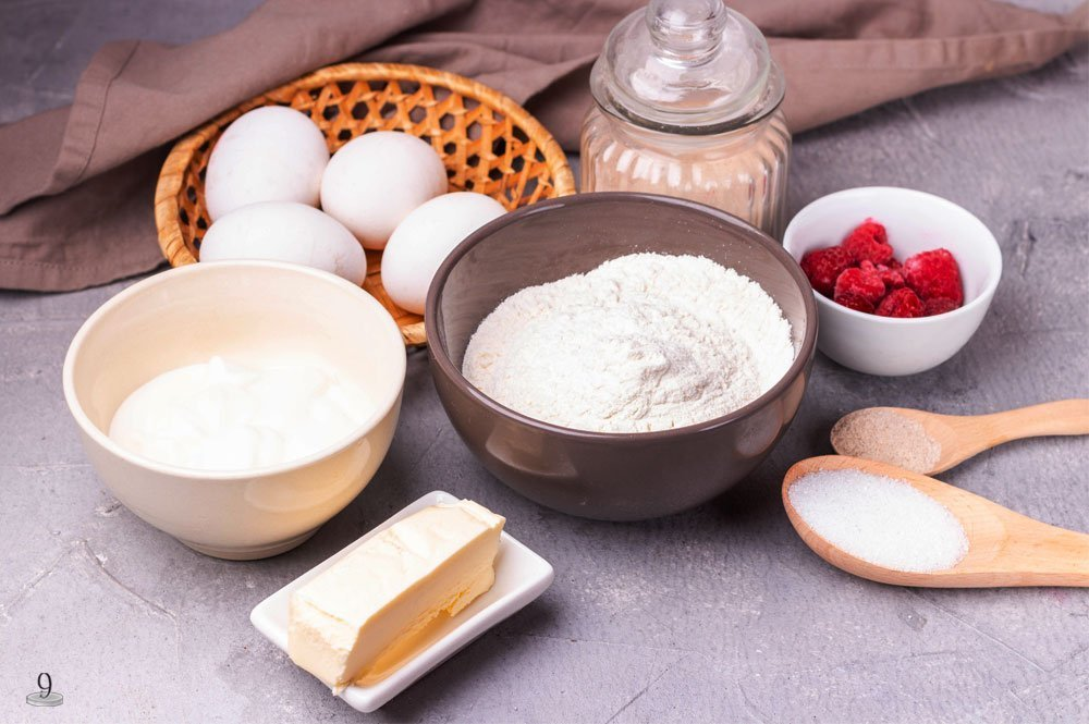 A few simple ingredients for these keto raspberry muffins